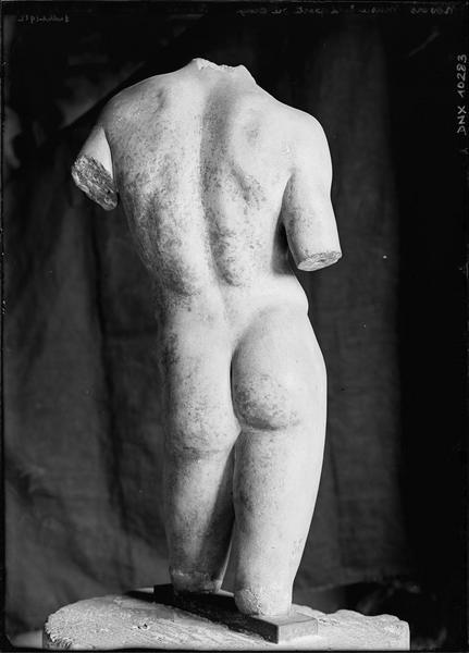 Statue antique fragmentaire et acéphale : homme nu vu de dos, provenant des fouilles du Pirée