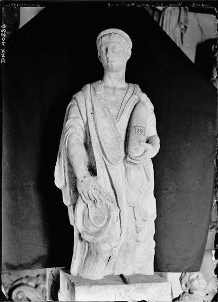 Statue antique fragmentaire : homme jeune