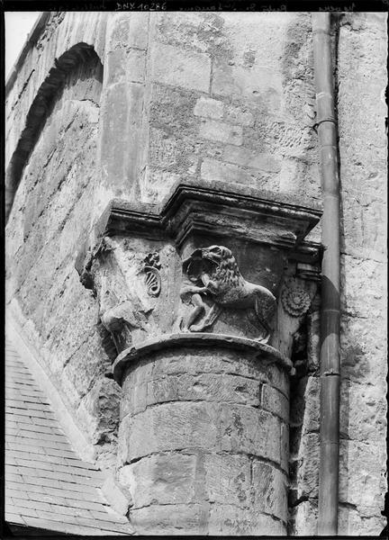 Chapiteau sculpté d'un lion