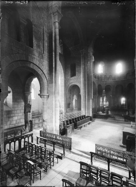 Intérieur : croisée du transept et choeur vus en plongée
