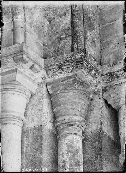 Portail de la façade ouest : chapiteaux de l'ébrasement droit