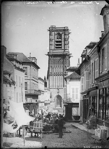 Côté sud du clocher, marché au premier plan