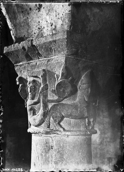 Crypte, chapiteau historié : sciapode et centaure archer