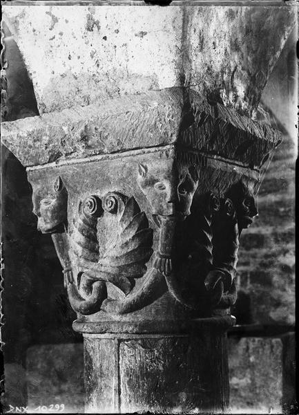 Crypte, chapiteau historié : têtes fantastiques crachant des rinceaux