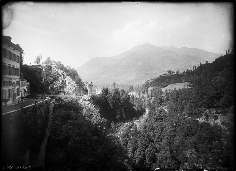 Paysage de montagne : vallée boisée vers Lourdes vue de l'hôtel Pintat