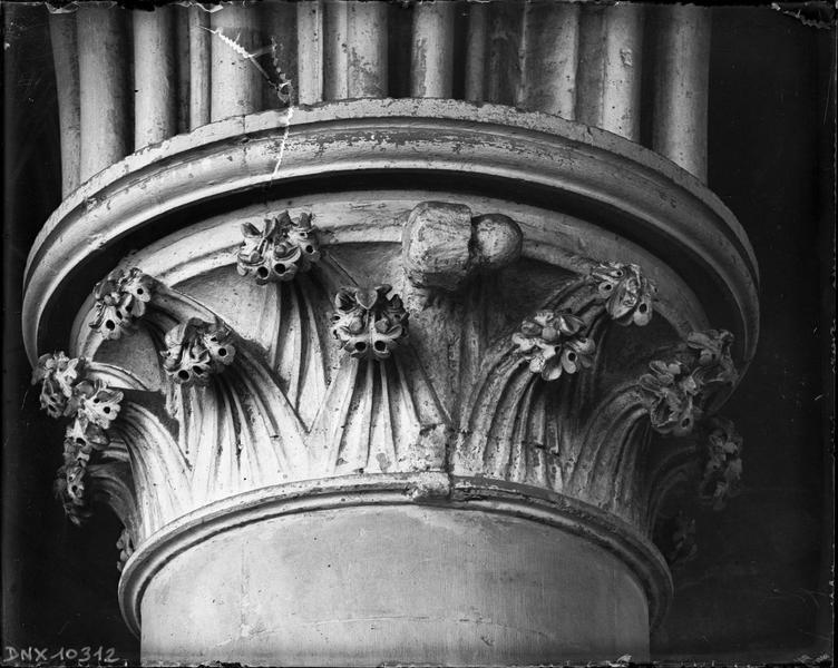 Intérieur : chapiteau du déambulatoire sculpté de feuillages