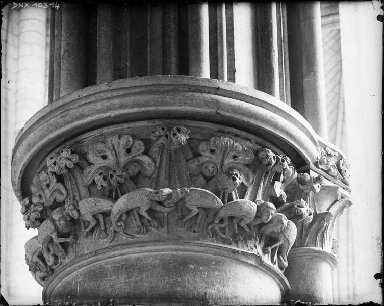 Intérieur : chapiteau du bas-côté nord sculpté de feuillages et d'animaux fantastiques à tête humaine