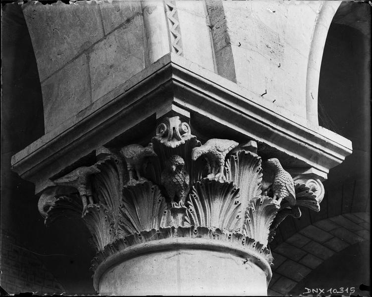 Intérieur : chapiteau de la nef sculpté de feuillages et d'oiseaux