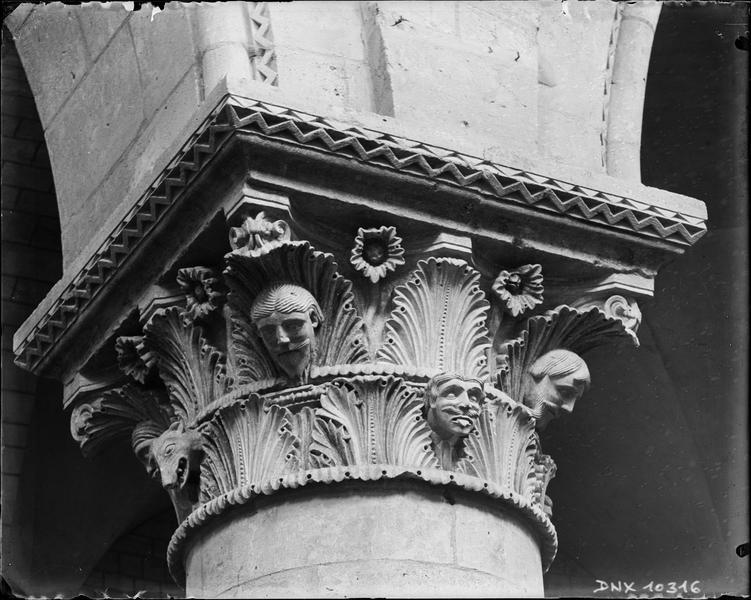 Intérieur : chapiteau de la nef sculpté de feuillages, de têtes humaines et d'une tête animale