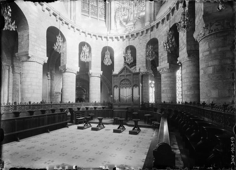Intérieur, vue rapprochée du choeur : colonnes et chapiteaux, et ensemble des stalles