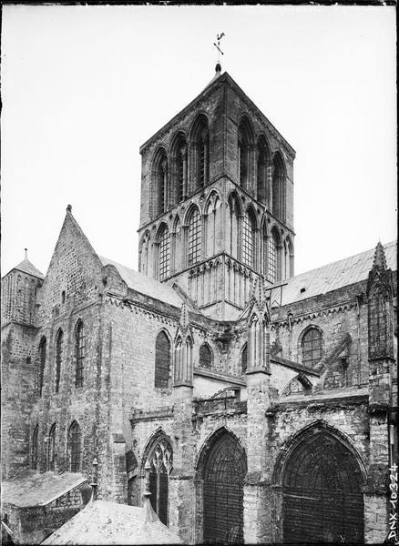 Abbatiale : tour lanterne à la croisée du transept, angle sud-est
