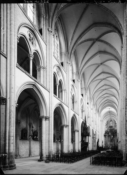Abbatiale, intérieur : nef et choeur vus vers le nord-est