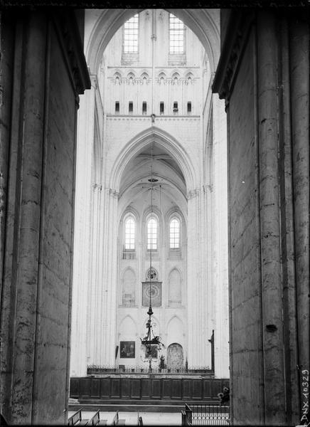 Abbatiale, intérieur : croisillon nord et partie de la tour lanterne vus du sud