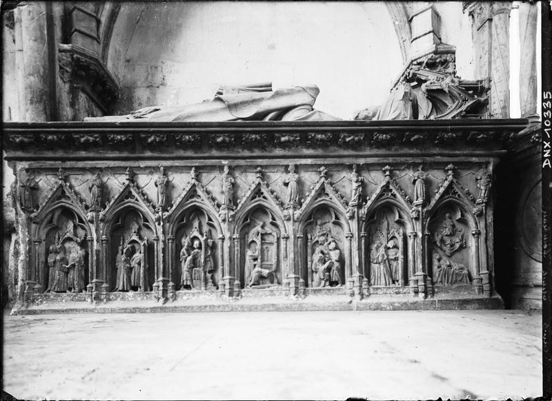 Tombeau de Thomas de Saint-Benoist, abbé : gisant et soubassement sculpté