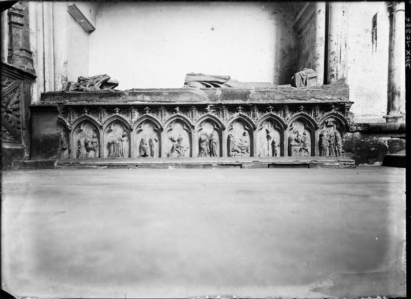 Tombeau : gisant fragmentaire et soubassement sculpté