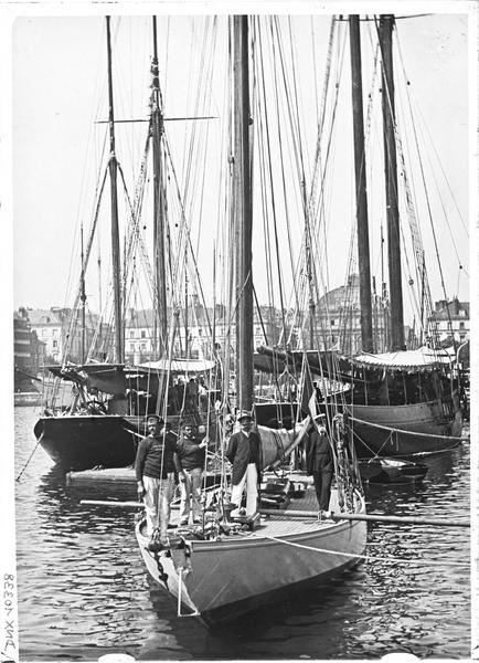 Marins sur un voilier à quai dans le bassin du Commerce