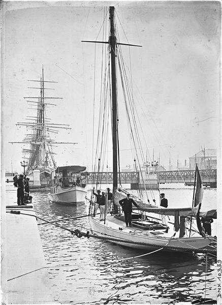 Marins sur le voilier « Deirdre » à quai, pont métallique en arrière-plan