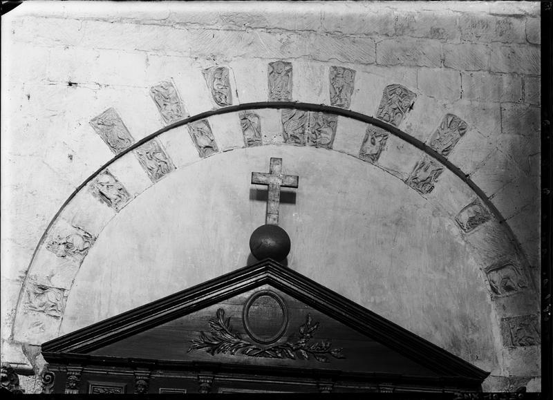 Eglise, intérieur : arcature sculptée dans la chapelle sud