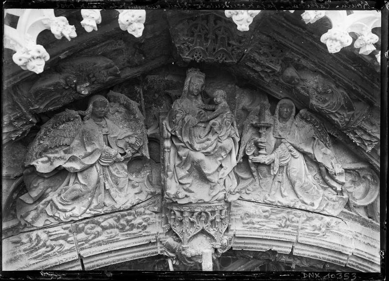 Façade ouest, détail des sculptures au-dessus de la grande rose : Vierge à l'Enfant entre deux anges