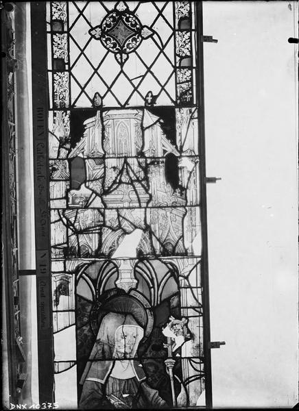 Vitrail avant restauration, chapelle Sainte-Anne