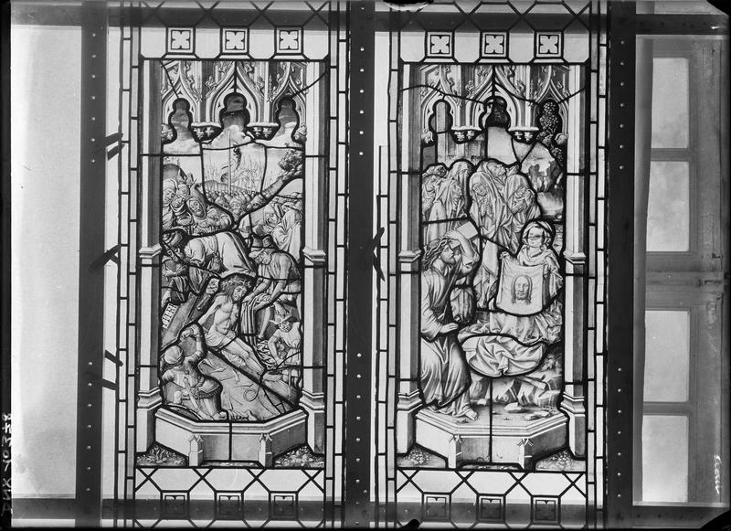 Vitrail, scènes de la Passion : le Christ attaché sur la Croix et sainte Véronique
