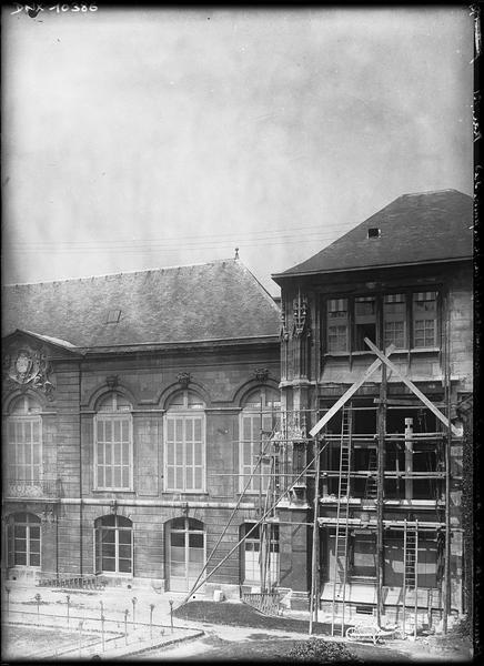 Pavillon nord-est de l'archevêché pendant la réfection de la fenêtre sud