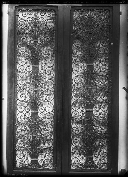 Grille en fer forgé provenant de l'abbaye cistercienne d'Ourscamp