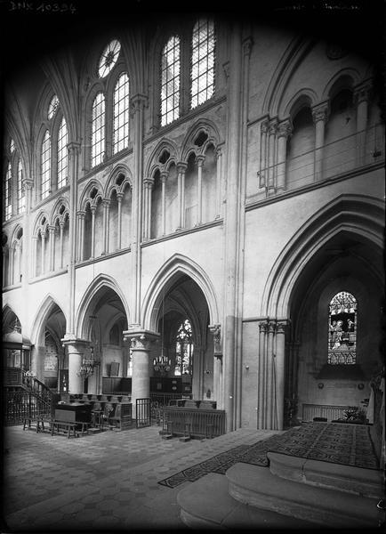 Intérieur, partie de la nef et du bas-côté nord prise des marches de l'autel