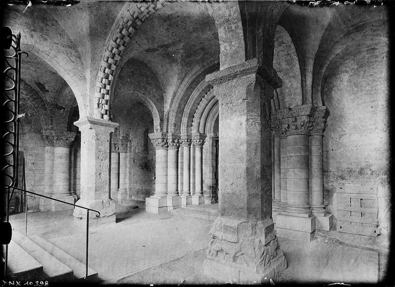 Eglise abbatiale Saint-Pierre, façade ouest : intérieur du porche