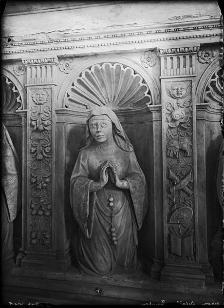 Intérieur, tombeau de Philippe de Montmorency, détail du soubassement : statue de femme agenouillée, en prière