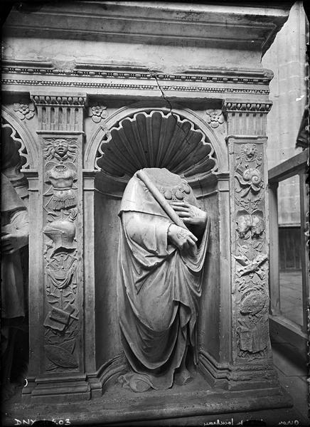Intérieur, tombeau de Philippe de Montmorency, détail du soubassement : statue acéphale