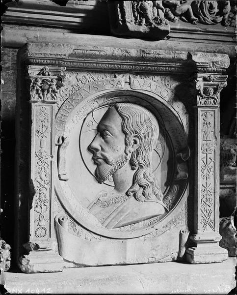 Bas-relief provenant du château : profil du Christ sauveur en médaillon entre deux pilastres à décor Renaissance