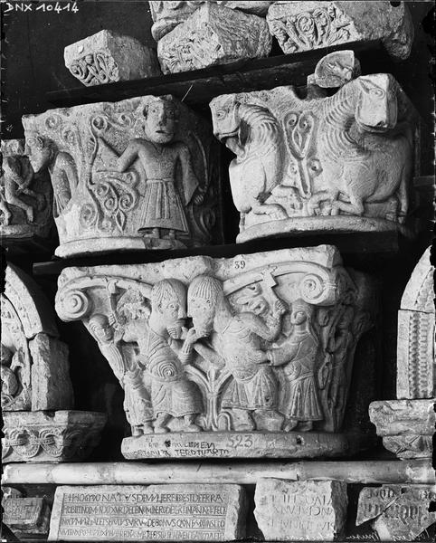 Chapiteau de la Dispute, autres chapiteaux romans et inscriptions