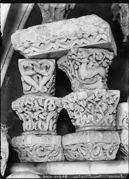Chapiteaux ornés de feuillages et de motifs fantastiques