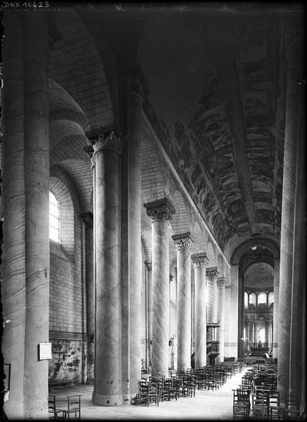 Intérieur : côté nord de la nef vers le choeur, peintures ornant la voûte