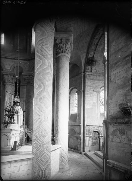 Intérieur : pourtour du choeur côté sud, colonnes peintes