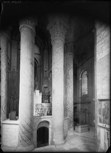 Intérieur : pourtour du choeur vu vers l'arrière de l'autel, colonnes peintes