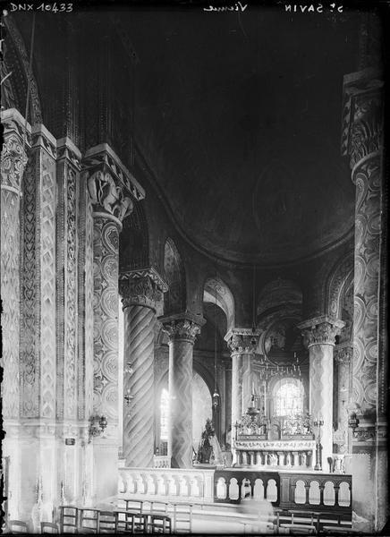 Intérieur : choeur, vue diagonale vers le nord-est, colonnes peintes