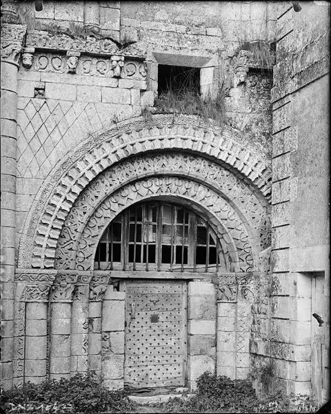 Eglise, façade ouest : portail et archivolte