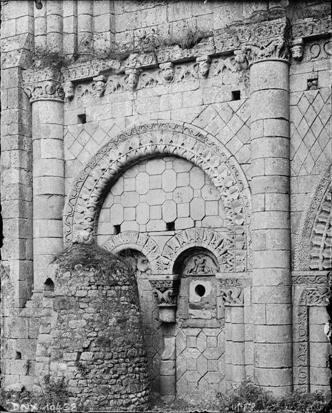 Eglise, façade ouest : arcades aveugles et archivolte