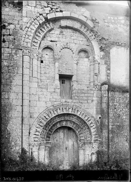 Eglise, façade nord : portail et arcatures