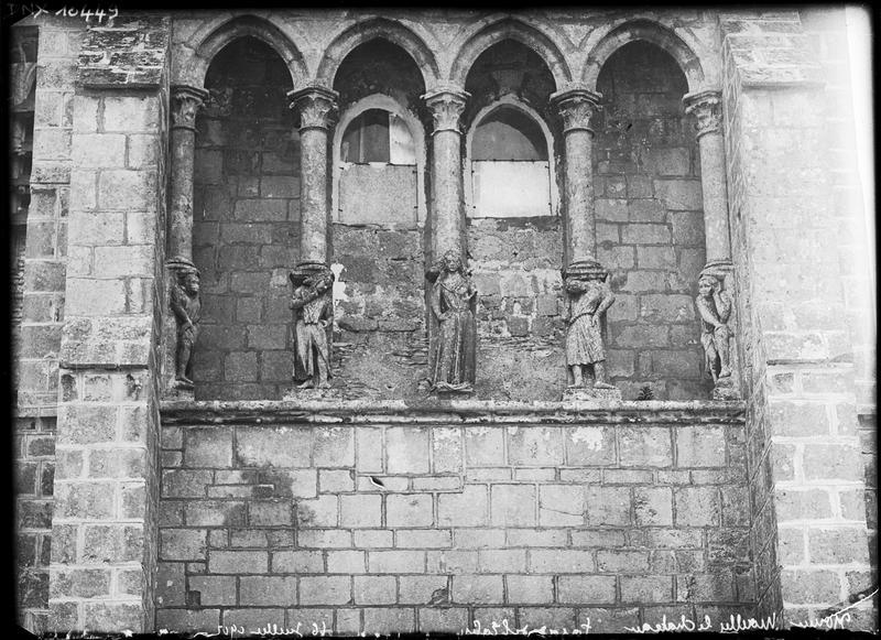 Façade ouest, détail : statues-colonnes et arcades