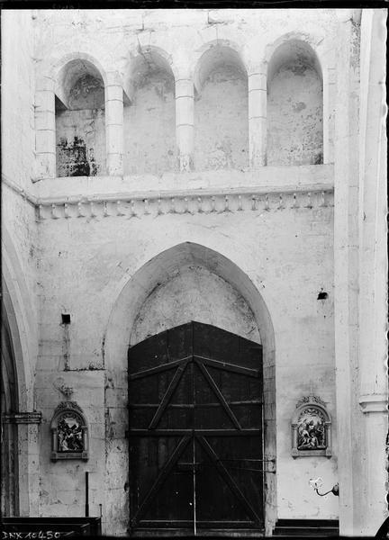 Intérieur : revers de la façade ouest, entrée