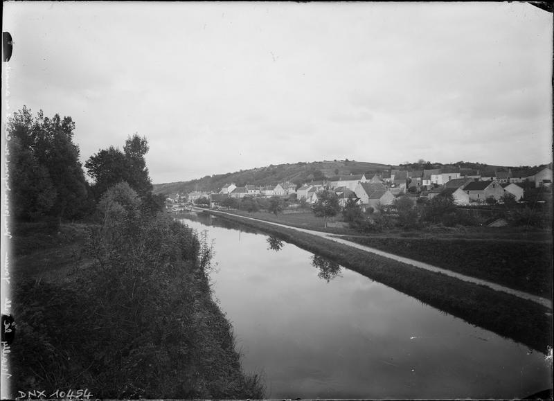 Le village et le canal du Nivernais pris du pont