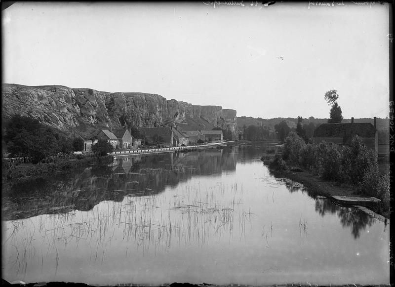 Falaises du Saussois et maisons sur les bords de l'Yonne