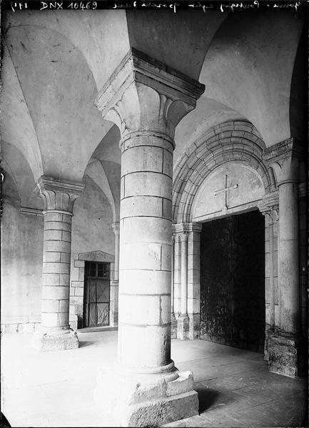 Intérieur du porche : portail à pentures