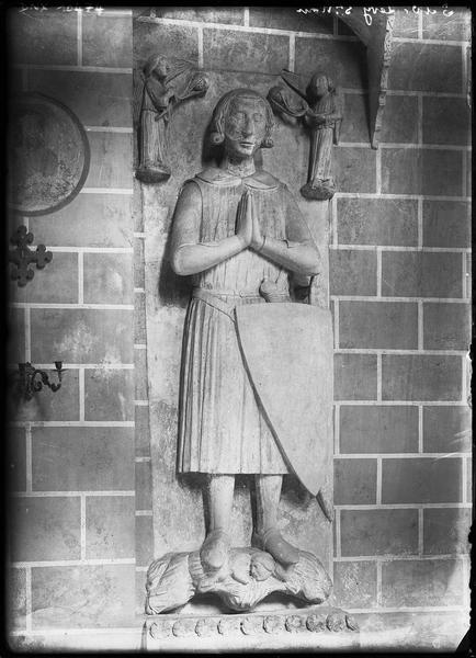 Haut-relief (gisant, grandeur nature) : Guy Ier de Lévis ? (n° 1)