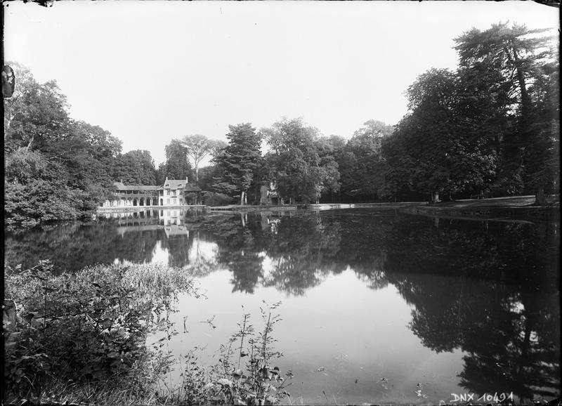 Hameau de la Reine : maison de la reine et son reflet dans le lac