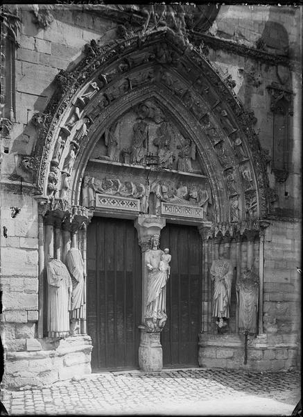 Façade ouest : portail principal, vue diagonale