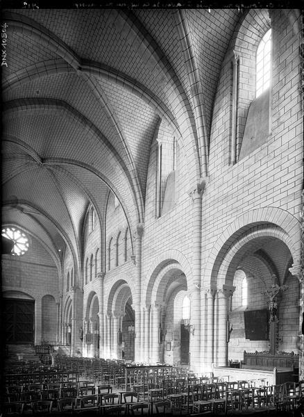 Intérieur : nef et bas-côté nord pris du transept